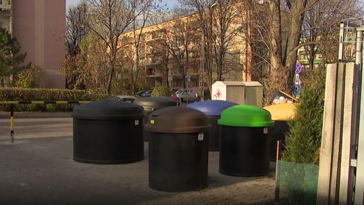 Sosnowiec: śmietniki wkopane pod ziemię. To sposób, by nie spali w nich bezdomni