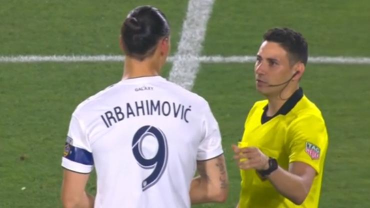 """Dwa gole Zlatana z błędem na koszulce i butelka otwarta """"z buta"""" (WIDEO)"""