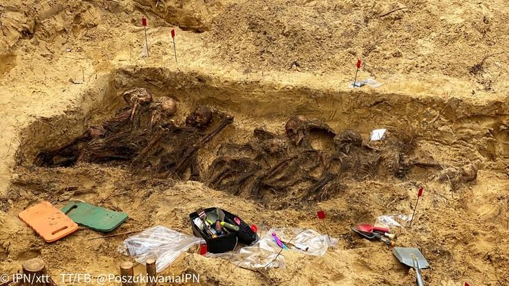 Szczątki ponad 20 osób w zbiorowej mogile pod Warszawą